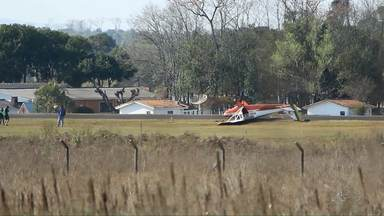 Avião de treinamento capota durante pouso na pista do aeroporto de Ponta Grossa - Piloto e aluno não se feriram.