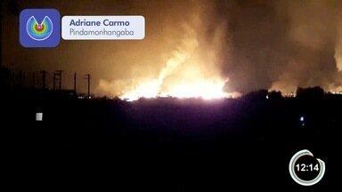 Incêndio assustou moradores de Pindamonhangaba - Destruição de área de mata equivaleu a área de 20 campos de futebol.