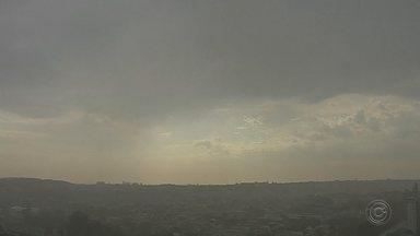 Bauru registra chuva após 46 dias de estiagem na região Centro-Oeste Paulista - Na manhã desta segunda-feira (30), os moradores de Bauru presenciaram uma cena que há mais de 40 dias não acontecia na cidade. Por volta das 9 horas, choveu na cidade.