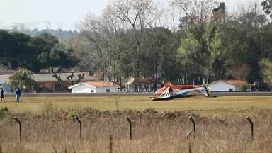 Avião usado para treinamento de pilotos capota durante pouso no aeroporto de Ponta Grossa - O avião foi guinchado e levado para o hangar do aeroclube de Ponta Grossa.