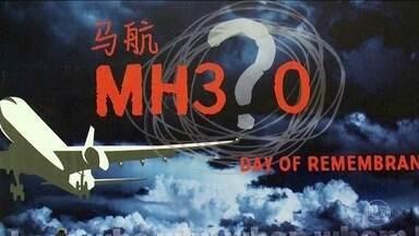 Investigadores divulgam relatório sobre voo que desapareceu em 2014 - Os controles do avião da Malaysia Airlines podem ter sido manipulados para que o avião saísse da rota original. O voo permanece sendo um mistério da aviação.