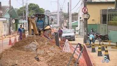 Trecho da Av. Ramos Ferreira é interditado no bairro Aparecida, em Manaus - Obras de reparo da rede abastecimento d'água são executadas na via.