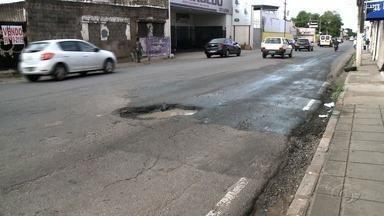 Buraco causa transtornos na Avenida Moreira e Silva - Confira a reportagem.