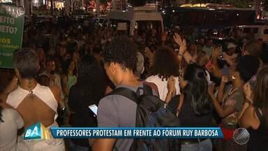 Após assembleia, professores da rede municipal decidem manter greve e fazem protesto - Eles reivindicam reajuste de 6% do salário; a prefeitura oferece 2,5% de aumento.