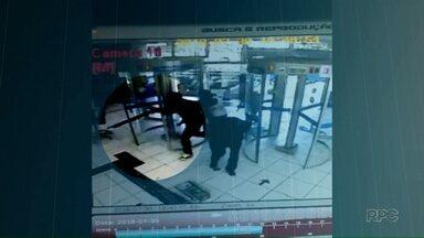 Bandidos invadem agência bancária pouco antes da abertura em Londrina - Pelo menos sete assaltantes entraram no banco. Uma testemunha que estava na agência na hora em que eles chegaram conversou com uma equipe do Paraná TV.