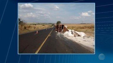 Caminhão tomba após acidente em estrada em Martinópolis - Caso ocorreu na Rodovia Homero Severo Lins na tarde desta segunda-feira (30).