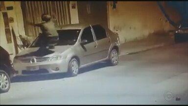 Câmera flagra homem vandalizando carros em Jundiaí - Uma câmera de monitoramento flagrou o momento em que um homem vandaliza dois carros estacionados na Rua Guaranesia, na Vila Hortolândia, em Jundiaí (SP), na madrugada de domingo (29).