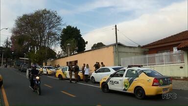 Tiroteio em Araucária deixa 3 mortos - Um dos bandidos morreu depois de atirar em um carro da polícia.