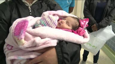 Bebê que nasceu depois de acidente recebe alta e volta ao Paraná - A menina nasceu depois que a mãe foi arremessada do caminhão, na BR-116.