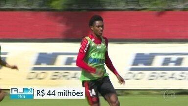Vitinho fala pela primeira vez como jogador do Flamengo - Jogador foi apresentado ontem no Maracanã. Flu, Bota e Vasco foram derrotados na rodada do Brasileirão