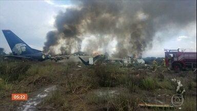 Avião cai no México e todos a bordo são resgatados com vida - Voo da companhia Aeroméxico caiu no Norte do país, minutos depois da decolagem. O avião, de fabricação brasileira, tinha 103 pessoas a bordo.