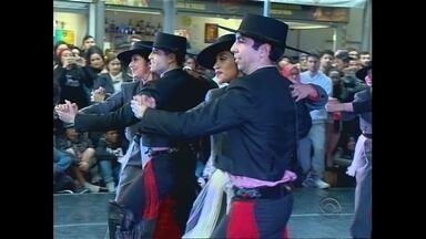 Tradição e cultura movimentam Mercado Público de Pelotas - Foi a abertura do 4º Festival Internacional de Folclore e Arte de Pelotas.