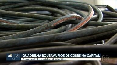 Polícia prende parte de quadrilha que roubava fios de cobre na capital - Foram presos dois homens por receptação em uma casa no centro de São Paulo. Com eles, a polícia apreendeu cerca de 40 m de cabos da CET usados para manter os semáforos funcionando.