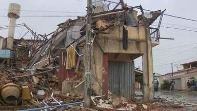 Sobrado de dois andares desaba em Cosmópolis - Duas famílias moravam no local, mas não estavam na hora da queda. O projeto da construção não era aprovado pela prefeitura.