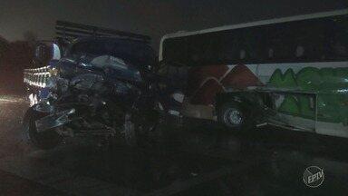 Acidente entre ônibus e caminhão deixa 4 pessoas feridas, em Piracicaba - Batida ocorreu na Rodovia Fausto Santomauro, na alça de acesso do anel viário no sentido Rio Claro. Uma das vítimas está em estado grave.