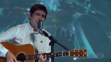 Samuel Rosa, do Skank, canta música do Fantástico nos 45 anos do programa - Vocalista da banda mineira fez uma versão especial da já clássica:'Olhe bem, preste atenção, nada na mão nesta também. Nós temos mágicas para fazer, assim é a vida, olhe para ver'.