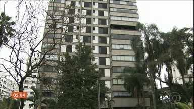 Filho é suspeito de matar o pai dentro de apartamento de alto padrão em SP - Oswaldo Carmona, de 78 anos, foi encontrado pela polícia dentro do apartamento, já sem vida. O comerciante tinha ferimentos na região do rosto e abdômen. Apenas o filho e o pai estavam no apartamento na hora do crime.