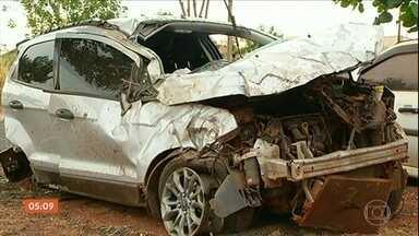 Bandidos em fuga morrem ao entrar em confronto com a polícia em GO - O motorista do carro perdeu o controle da direção, o carro capotou, houve novo tiroteio e eles acabaram mortos.