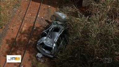 Bebê fica em estado grave após carro cair de viaduto na BR-040, em Valparaíso de Goiás - Motorista disse aos policiais que perdeu o controle da direção após um condutor fechar o carro da família. Segundo os pais, menina estava amamentando quando o acidente aconteceu.