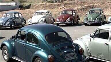 O 'Colecionando' deste sábado (11) traz uma coleção motorizada - No quadro 'Colecionando', Pedro Leonardo conhece uma coleção muito especial: fuscas! Com 16 carros, sendo 13 originais, o colecionador conta seu amor pelas máquinas e mostra a particularidade de cada carro.