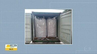 Cães farejadores encontram 558kg de cocaína em carga no Porto de Santos - Droga estava escondida em carga de polietileno que tinha como destino o porto de Antuérpia, na Bélgica. Este ano já foram apreendidas quase 11 toneladas de cocaína no porto de Santos.