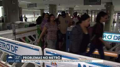 Catracas quebradas provocam filas em estações do metrô - Foram encontradas catracas fora de operação nas estações Central, Ceilândia Centro, Ceilândia Norte e Guará. Além disso, passageiros enfrentam problemas frequentes, como panes no sistema.