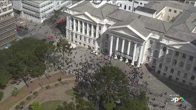 Professores e estudantes fazem protesto nas escadarias da UFPR - Eles protestam contra cortes de orçamento para 2019.