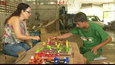 Catadores de lixo têm aulas de xadrez em João Pessoa - Em foco, o desenvolvimento de habilidades, a diversão e o olhar especial para o próprio material de trabalho.