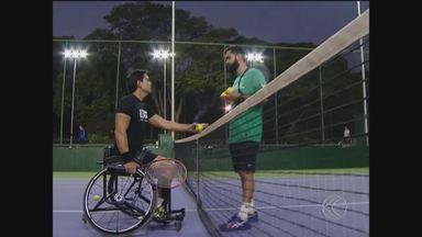 Após amputar a perna, para-atleta foca no tênis de cadeira de rodas e mira Tóquio 2020 - Gustavo Carneiro amputou a perna por conta de um câncer e tem se dedicado ao tênis. Agora, o atleta quer iniciar o ciclo olímpico, que começa em maio de 2019
