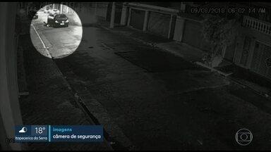 Mulher pula de carro em movimento pra fugir de bandido na Penha, zona leste da capital - Ela foi vítima de um sequestro-relâmpago e estuprada pelo criminoso.