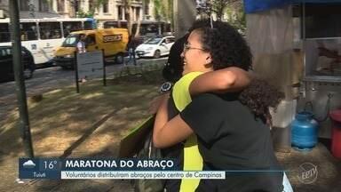 Voluntários de ONG distribuem abraços em Campinas - Ação faz parte do programa Juventude Conectada.