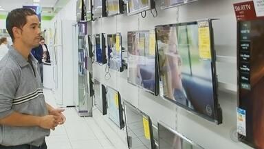 Venda de TVs aumenta próximo ao desligamento do sinal analógico em Marília - O sinal analógico de TV vai ser desligado em Marília e em 87 cidades da região, no dia 28 de novembro. Como ninguém quer perder o sinal digital, as lojas estão aproveitando o aumento nas vendas de televisão e também de conversores de sinal.