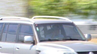 Motoristas são flagrados dirigindo e falando ao celular em Palmas - Motoristas são flagrados dirigindo e falando ao celular em Palmas