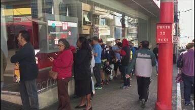 Funcionários de agências bancárias protestam em Jundiaí - As agências bancárias de Jundiaí (SP) abriram com atraso nesta sexta-feira (10) depois de um ato do sindicato no Centro.