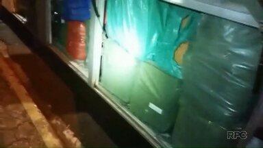 PRF apreende ônibus carregado com mercadorias contrabandeadas - A apreensão foi no posto em Santa Terezinha de Itaipu.