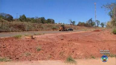 Obras nas marginais da Marechal Rondon continuam paradas em Bauru - As obras nas marginais da rodovia Marechal Rondon, em Bauru (SP) continuam paradas. A concessionária responsável pela rodovia tinha um prazo para que elas fossem retomadas. No entanto, esse prazo não foi cumprido.