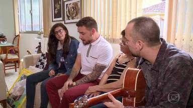 Liam Payne surpreende fã com show particular - Marcella é surpreendida ao chegar em casa e ver seu ídolo no sofá