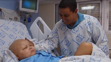 Pai comemora o dia com o filho, depois da criança passar por um transplante - Claudio doou a medula para um dos filhos, que teve leucemia. A história desses dois heróis, você acompanha agora.
