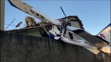 Queda de avião de pequeno porte em Goiânia mata bebê e deixa dois feridos - O avião caiu logo depois de levantar voo, perto da cabeceira da pista. Ele parou no muro de uma casa, sobre o telhado. Ninguém estava em casa na hora da queda.