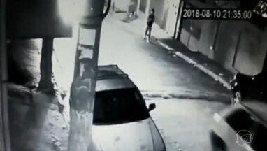 Imagens mostram Robert Braga sendo baleado após ter seu celular roubado em São Paulo - Imagens de uma câmera de segurança mostram Robert Braga, de 16 anos, sendo baleado após ter seu celular roubado por bandido. Um dia antes, Paula de Freitas Silva, de 18, também foi vítima.