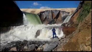 PF investiga o rompimento de um trecho do canal de transposição do São Francisco - A água jorrou pelo canal do rio durante 3 horas.