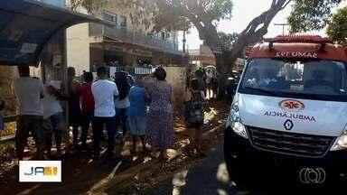 Homem é baleado durante assalto em ponto de ônibus, em Goiânia - Segundo testemunhas, criminoso fez um arrastão nos passageiros que estavam no local.