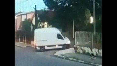 Polícia procura motorista de van que atacou mulher em Santa Maria - Polícia Civil está à procura de um motorista que perseguiu e atacou uma mulher, quando ela chegava em casa, na semana passada, no bairro Nonoai em Santa Maria.