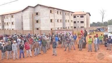 Trabalhadores de construtora de Dourados entram em greve - Eles pedem reajuste salarial.