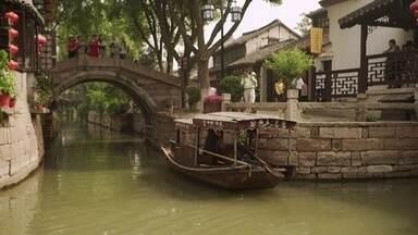 """Conheça oásis de tranquilidade nas cidades da água, à beira do rio Yangtsé, na China - Sonia Bridi continua sua trajetória pelo rio chinês no terceiro episódio da série """"Jornada da Vida""""."""