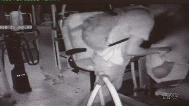 Em apenas quinze dias, três assaltos a ônibus foram registrados em Maringá - A ação dos bandidos foi registrada por uma câmera de monitoramento instalada dentro do ônibus.
