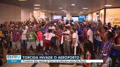Futebol: Torcedores do Bahia dão apoio aos jogadores durante embarque para São Paulo - O tricolor baiano enfrenta nesta quarta-feira (15), o Palmeiras, pelas quartas de final da Copa do Brasil.