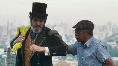 Florêncio observa Dom Sabino e Eliseu - Dom Sabino elogia Eliseu e diz que ele é um homem nobre. O catador passa mal enquanto trabalha e é acudido pelo empresário