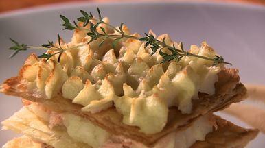 Mil folhas de salmão - Receita tradicional mil folhas é preparada com salmão, cream cheese e ervas aromáticas.
