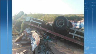 Caminhão tomba e deixa duas pessoas feridas no interior do Ceará - Acidente foi entre as cidades de Quixelô e Solonópole.